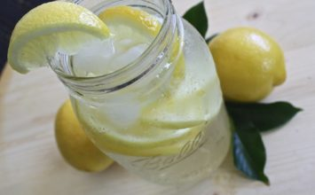 Agua con limón en ayunas, ¿es beneficioso?